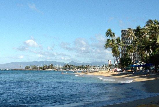 Hyatt Regency Waikiki Resort & Spa: view from beach
