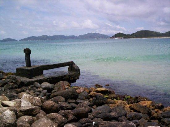 Praia De Quatro Ilhas: quatro ilhas desde o canto norte num dia de mar calmo