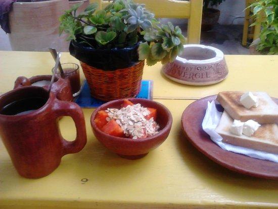 Casa de Don Pablo Hostel: Patio donde disfrutas el desayuno, ellos lo ponen y tú te sirves al gusto(fruta, cereal, pan y c