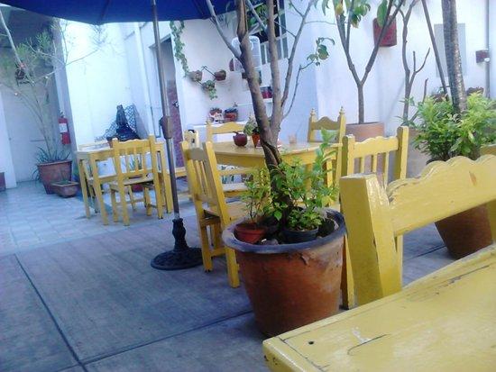 Casa de Don Pablo Hostel: Patio de mesas, en la mañana es comedor, y punto de reunión de todos