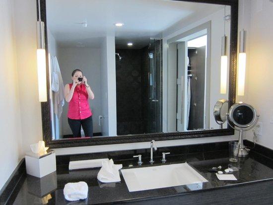 Padre Hotel: Bathroom in Corner Pocket Room
