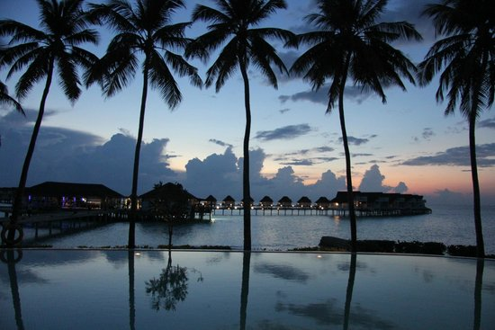 Centara Grand Island Resort & Spa Maldives: Sun down view from pool