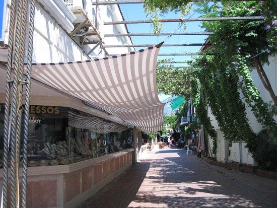 """Downtown Fethiye: Lojas com """"sombreiro"""" devido ao calor"""