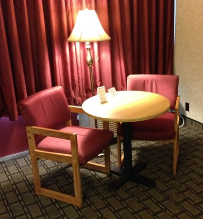 Days Inn St Clairsville: Small Table & Chairs