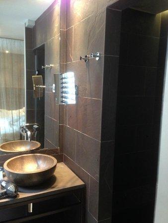 Hidden Hotel by Elegancia : Sink/Rain Style Shower Stall