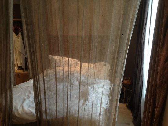 Hidden Hotel by Elegancia: Bedroom with Veil Curtains