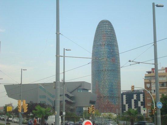 Torre Agbar : visual espetacular em forma de 'ogiva'