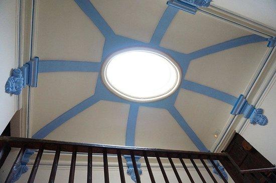 Hotel Cal Maginet: El techo de la escalera principal