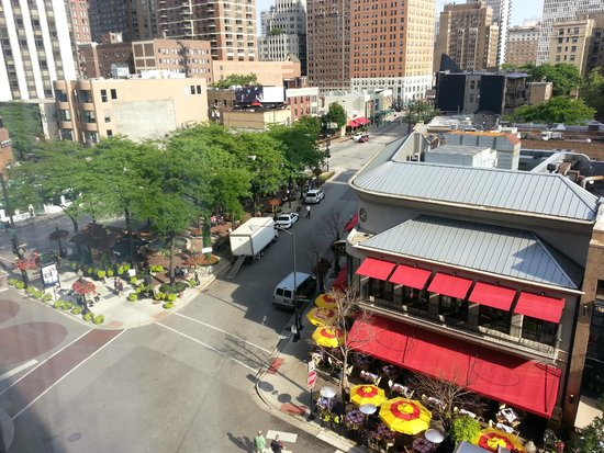 Thompson Chicago, a Thompson Hotel: View of Mariano park and Tavern on Rush from Thompson