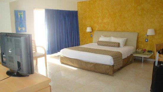 Crowne Plaza Acapulco: Quarto com cama king size