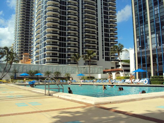 Miami Beach Resort and Spa: Vista da piscina do hotel