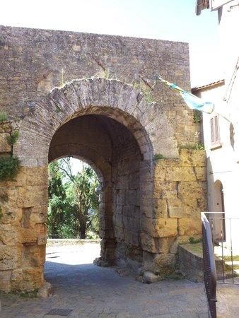Porta all'Arco: All'interno della mura