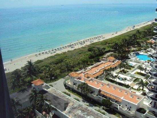 Miami Beach Resort and Spa: Foto tirada do quarto do hotel em direção à praia