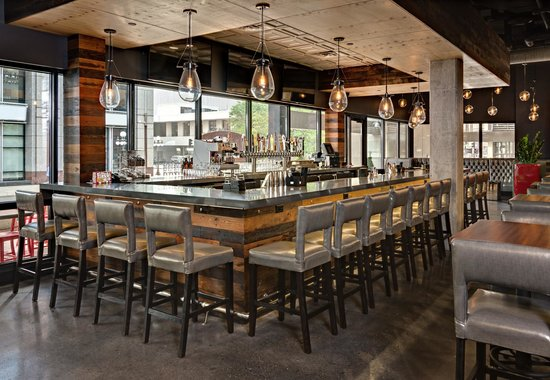 DoubleTree by Hilton Hotel St Paul Downtown: Rival House Sporting Parlour Bar and Patio