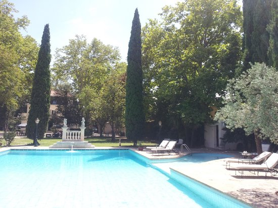 Les Frenes Hostellerie: vue sur la piscine