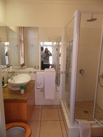 Uxolo Guesthouse cc: our bathroom