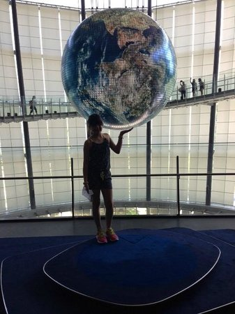 National Museum of Emerging Science and Innovation Miraikan: Foto do globo terrestre no interior do museu