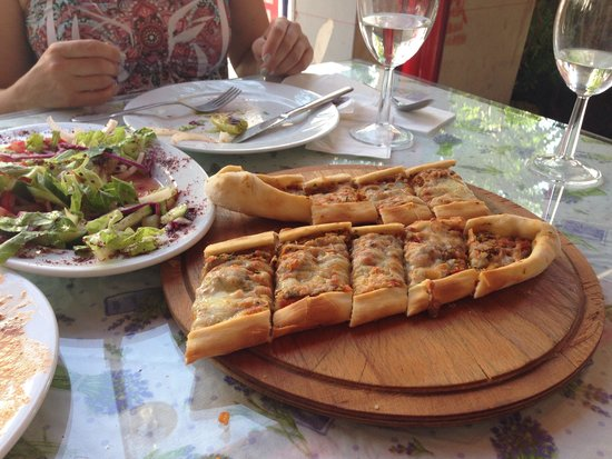 Antik Akdeniz: Minced meat and cheese pide