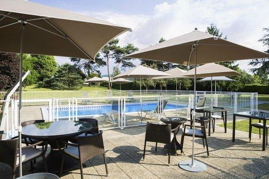 Novotel Pau Pyrénées : notre terrasse et la piscine