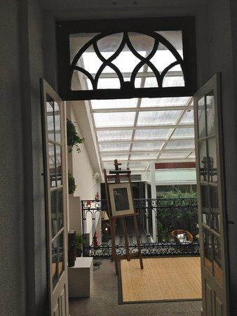 Gallery Hostel: Entry Way