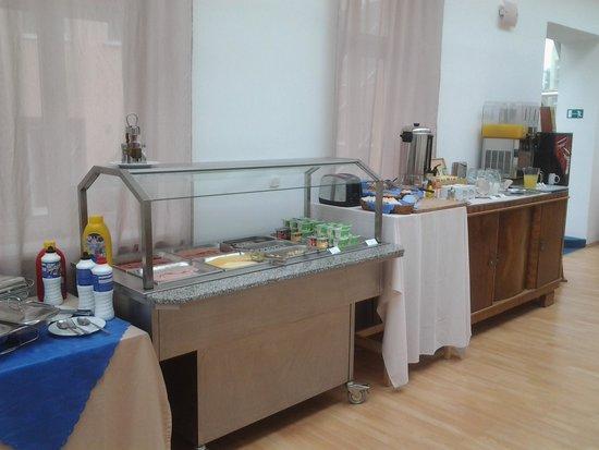 Hotel Nabucco: colazione: salumi, yogurt, pane, latte, succhi, macchinetta caffe, cappuccino