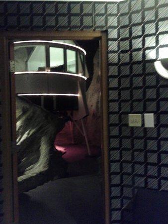 Best Western Fireside Inn : view of lander / bed from the door