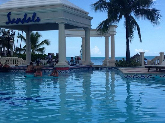 Sandals Royal Bahamian Spa Resort & Offshore Island : Pool and beach in the backround