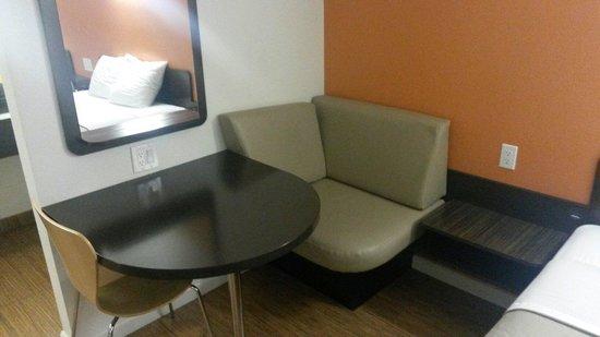 Motel 6 Manteca: Area tavolino