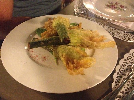 Osteria Santo Stefano: calabacines en tempura con su flor