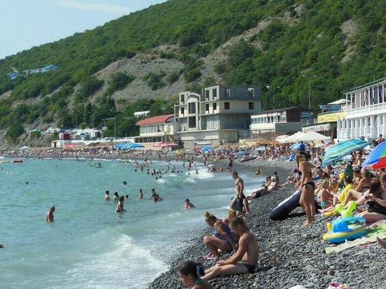Shirokaya Balka, Rosja: Пляж рядом с отелем