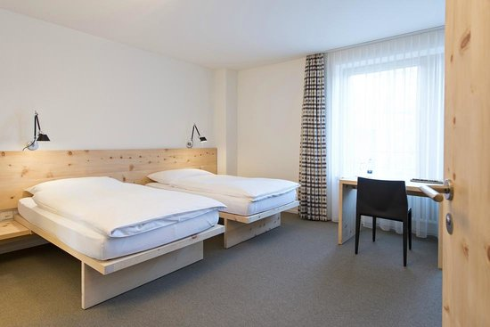 Hauser Hotel St. Moritz: Qualtity two bedded room in local pine