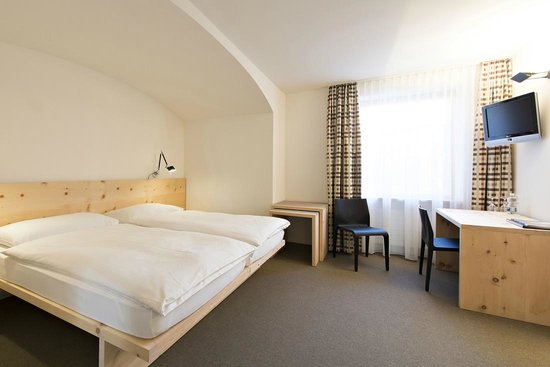 Hauser Hotel St. Moritz: Qualtiy two bedded room with local pine wood