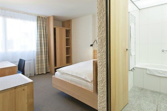 Hauser Hotel St. Moritz: Qualtiy single room (bed 120cm x 200cm) in local larch wood
