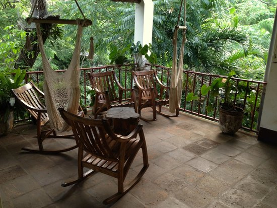 La Mariposa Spanish School and Eco Hotel: Second floor space, excellent for reading while rocking or enjoying hammock chair