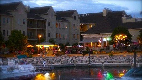 Stone Harbor Resort: Night View of Patio