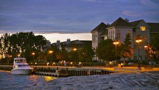 Stone Harbor Resort: Night setting of the Harbor