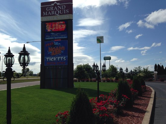 Grand Marquis Waterpark Hotel & Suites: Cool front entrance