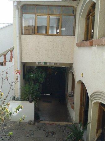 Casa AL Tronco: Entrada vista desde el patio interior