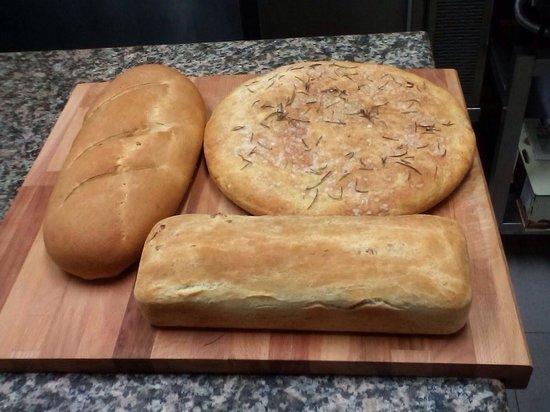 Bona Dea: Ristorante BONADEA  focaccia bauletto alle noci pane bianco nostra produzione!!!!!!!