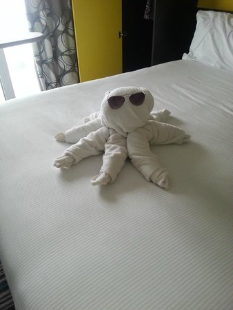 Wave Hotel & Apartments: Octopus made with towels by the cleaner