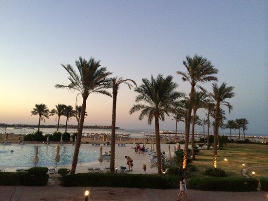 Cleopatra Luxury Resort Makadi Bay: ...der Blick von der Terrasse am Abend  ;o)