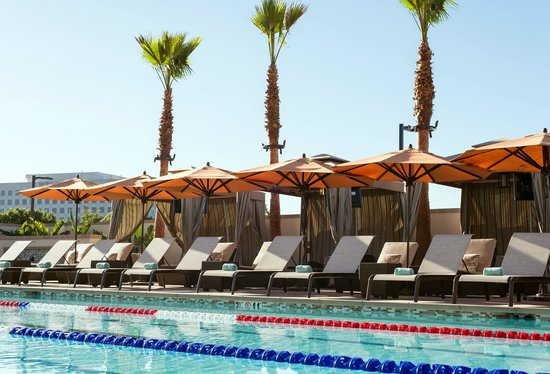 Courtyard Irvine Spectrum: Pool-side lounging