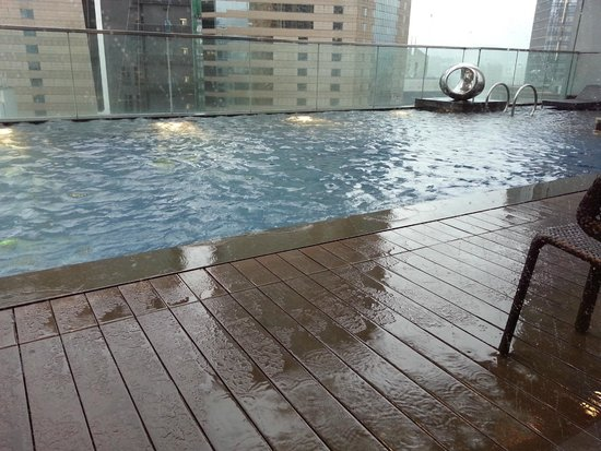 Crowne Plaza Hotel Hong Kong Causeway Bay : Stormy day by the pool