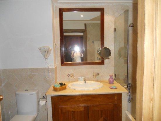 The Orangers Beach Resort & Bungalows: BATHROOM