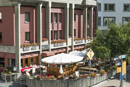 Hauser Restaurant: Hotelansicht mit Terrasse