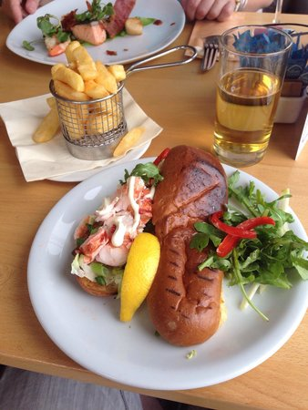 The Noisy Lobster at Avon Beach : Noisy Lobster Roll with brioche bread and a side of chips.