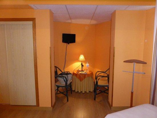 Hotel Montanes: Habitación