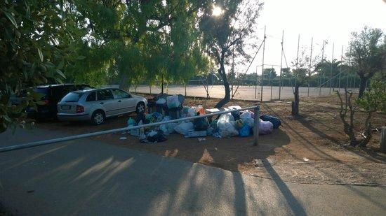 Camping Villaggio Lamaforca: mucchi di spazzatura all'ingresso campo di tennis