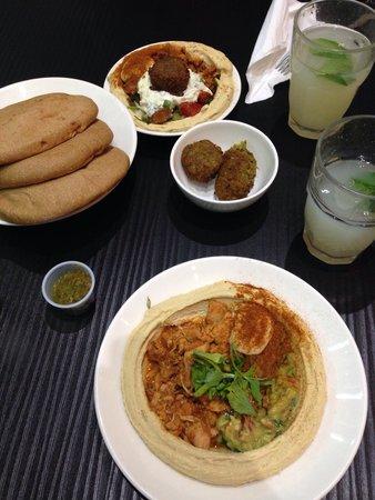 Hummus Bros: Humus e pollo (in basso) ed humus e felafel (in alto)