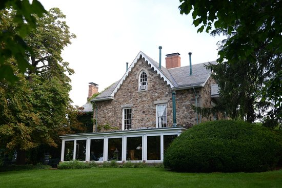 Morgan Samuels Inn: Back of the House including sun porch